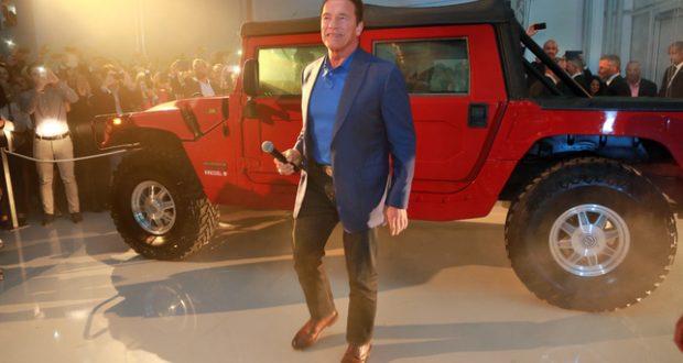 NOUVELLE AUTO : Arnold Schwarzenegger reçoit un Hummer électrique
