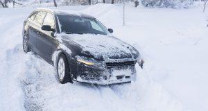 Voiture prise dans la neige : 6 conseils pour rester en sécurité